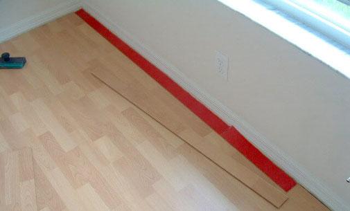 Hulp van De Laminaat Expert hoe je de breedte afmeting van de laatste laminaat plank bepaalt