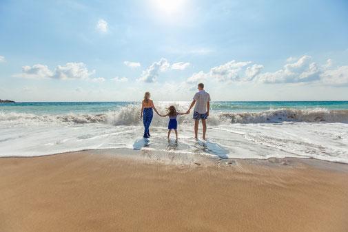 Familie am Strand. Urlaub mit Kindern