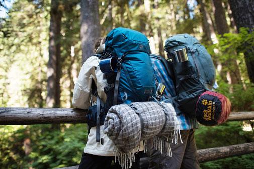 Studenten mit Rucksack - Dein Reisebüro für Deine Auslandskrankenversicherung