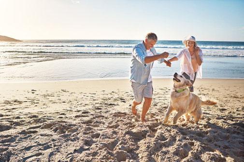 Pärchen mit Hund am Strand