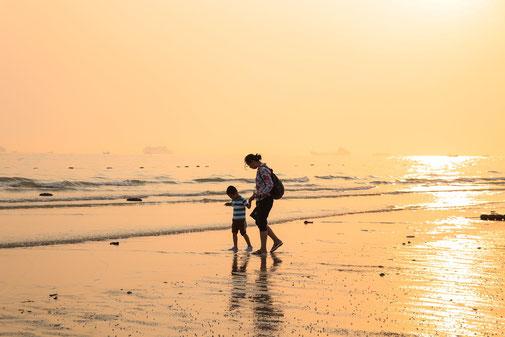 Frau mit Kind am Meer - Dein Reisebüro für Deine Reiserücktrittsversicherung