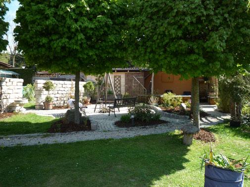 Gartenalage mit Grill- und Lagerfeuerstelle.