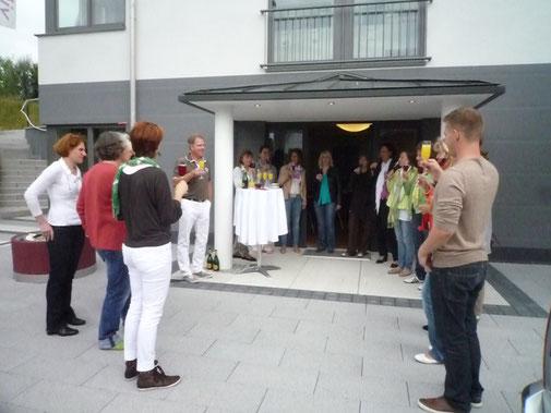 Sektemfang auf dem Vorplatz des großen Seminarraums.