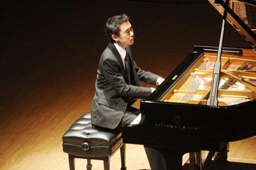 フィリアホールでピアノ演奏をしている写真