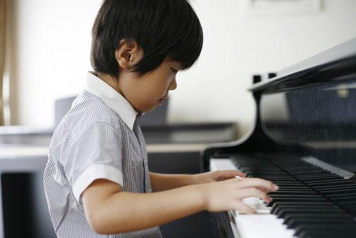 ピアノを練習している子供の写真