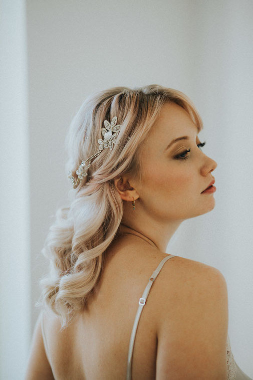 Look 1: Elegante Locken mit einem glamourösen Headpiece