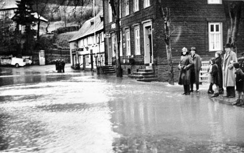 """Die """"Essel"""" ist über ihre Ufer getreten. Eslohes Hauptstraße unter Wasser. Foto um 1930"""