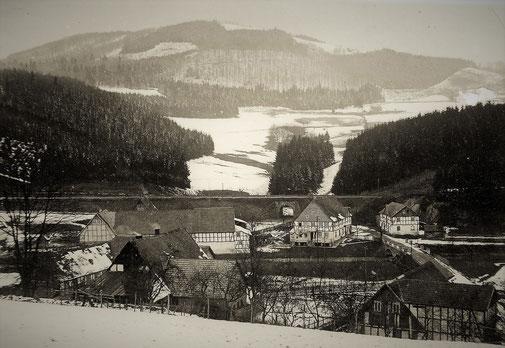 Der Bahndamm ist seitdem ein dominantes Bauwerk entlang des Weges nach Eslohe