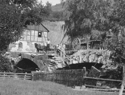Mit Hand- u. Spanndiensten wird die beschädigte Brücke abgerissen.