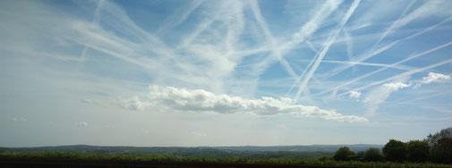 blauer Himmel und die Wolken ziehen auch ihre Bahnen
