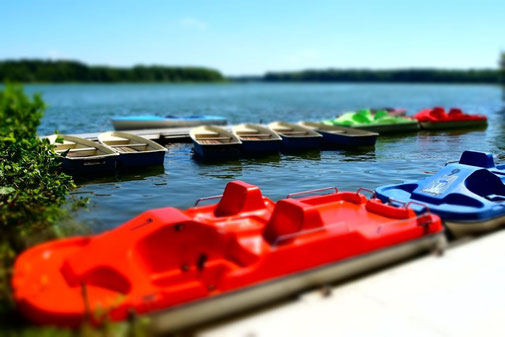 Bootsvermietung, Bootsverleih mit Tretbooten, Ruderbooten, Kajaks und Elektrobooten in der Schorfheide