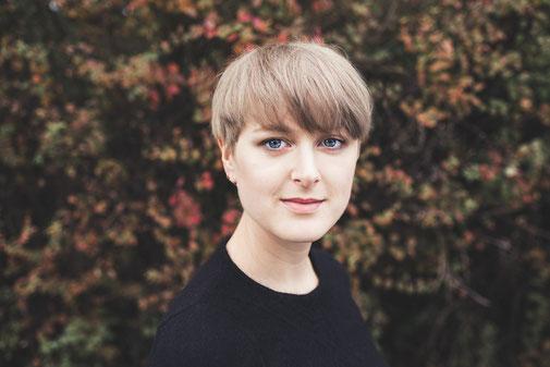 Portrait von olya, ehrenamtliche arbeiten als Fotografin sowie Designerin der corporate identity von studio nonstop