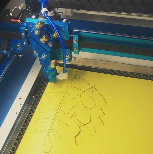 Zweischnitt - Die Laserschneiderei. Wir bieten personalisierte Produkte aus Holz.