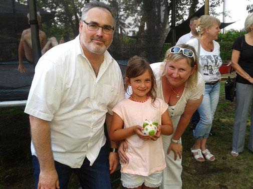 Heimleiter Peter Borowiak, Ann-Christin und die Vorstandsvorsitzende Christiane Lindner-Klopsch bei der Übergabe des Sparschweines
