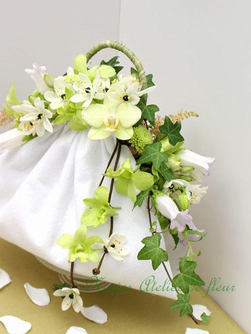 Laily ライリー 生花 グリーンのデンファレとカンパニュラのバッグ型ブーケ