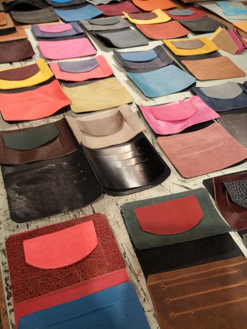 Fabrication de portefeuilles en cuir dans l'atelier Arckésac maroquinerie de St-Lyphard, artisanat français