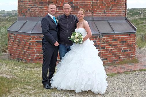 Fotograf Markus Bock ( mitte ) mit Brautpaar