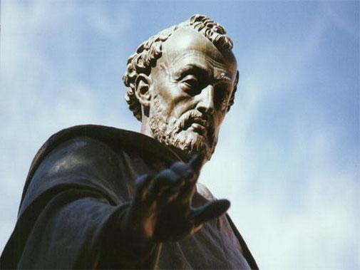 Fray Luis de León (en la Universidad de Salamanca), con un gesto a medio camino entre la bendición y el enfado ante una fotografía no deseada.