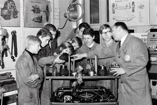 Schüler vom Wehrhahnweg bei Tölke & Fischer | Pressefoto Lengwenings | 21.11.1969