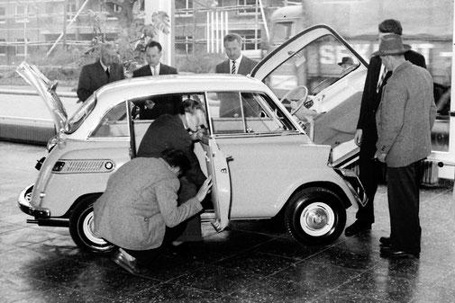 Premiere Isetta 1610 im BMW Autohaus | Pressefoto Lengwenings | 50-er Jahre