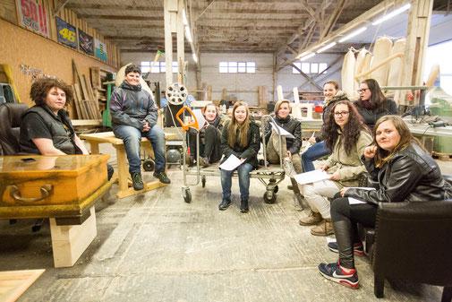 Holzkunst Scholz vom 13.03.2017 in Torgau, Paul sitzend auf dem Tisch