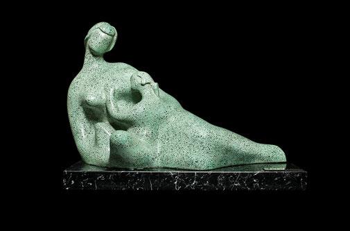 Maternidad III. Piedra artificial. 27x44x20 cm. Col. Eladio de la Cruz