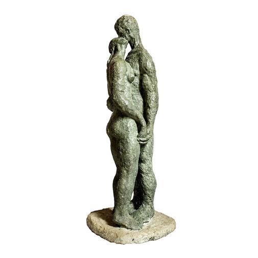 El beso. Piedra artificial. 105x26x33 cm. 1970, aprox. Col. particular