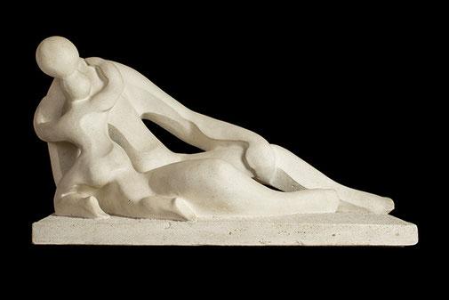 Maternidad II. Piedra artificial. 55x96x47 cm. Col. particular