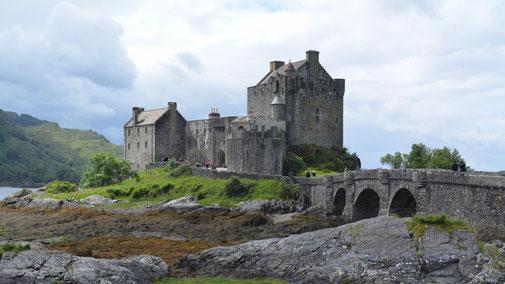 Photo originale - Il y a foule pour visiter ce château