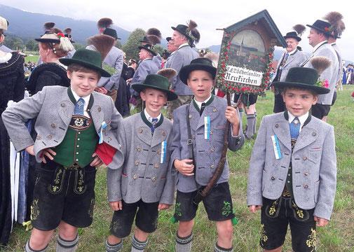 Kinder beim Taferltragen in Waakirchen