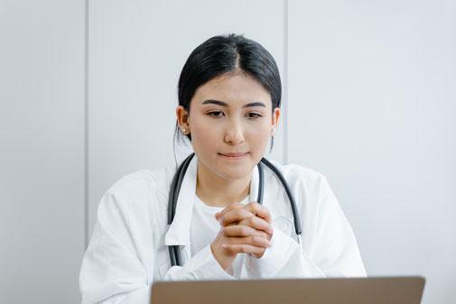 Ärzte Praxisverwaltung Praxissoftware MFA Arzthelferin Update Aktuell PVS sonder update computer praxisalltag