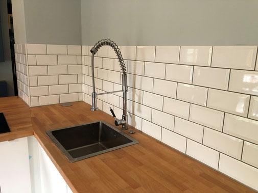 Küchenfliesenspiegel im weißen Metrogedesign mit schwarzer Bordüre