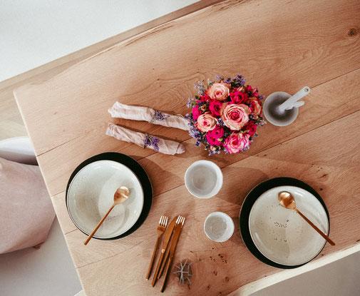 Tisch aus Dielenmaterial (mit Baumkante außen)