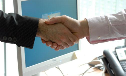 Geschäftspartner geben sich die Hand.