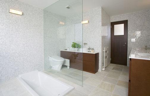 Ein neues, hell und freundliches Badezimmer.