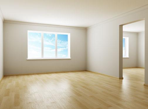 Fertig renovierter Raum, mit Fenster und Parkett.