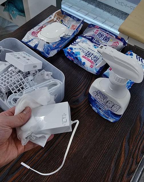 洗えないパーツは除菌ウェットティッシュで清拭する画像