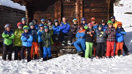 Die chline Böse mit Eidg. Kranzschwinger Kilian von Weissenfluh (links), Hanspeter-Wenger, Geschäftsführer Bergbahnen Meiringen-Halsiberg (Mitte), Adrian Küpfer, SRF1 (rechts).