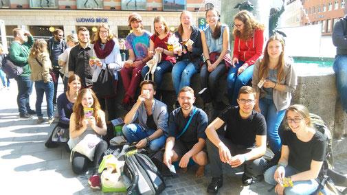 FÖJler in München beim Aktionstag Blümchen für Bienchen