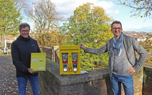 Umweltminister Reinhold Jost (rechts) übergibt Regionalverbandsdirektor Peter Gillo (links) einen Bienenfutterautomaten