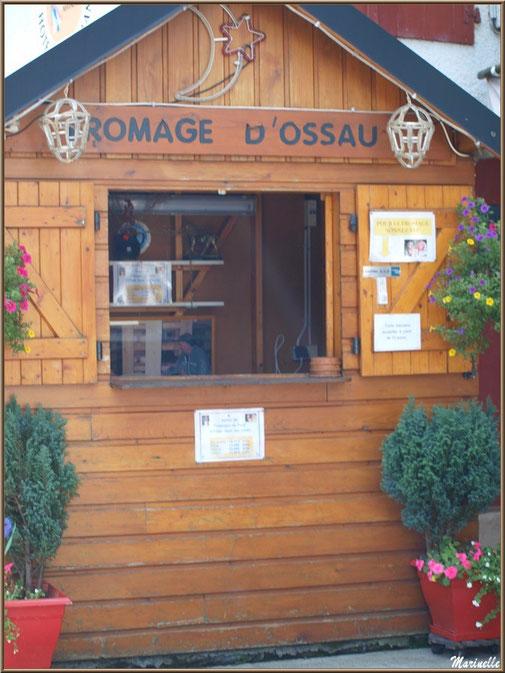 Chalet pour la vente du fromage en bordure de la route traversant le hameau de Gabas, Vallée d'Ossau (64)