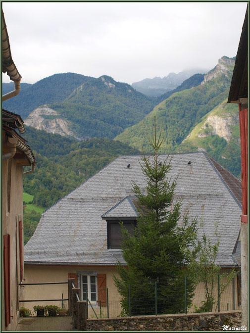 Maisons et panorama sur les Pyrénées, village d'Aas, Vallée d'Ossau (64)