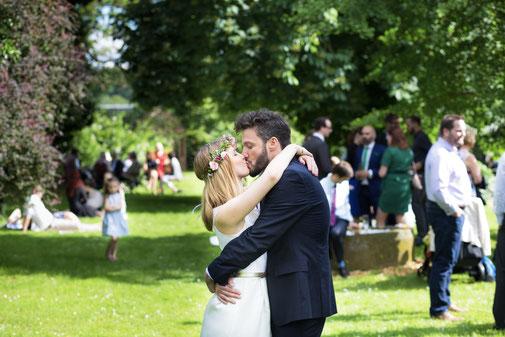 Ein Hochzeitspaar küsst sich innig im Garten des Kinzigheimer Hof in Bruchköbel während der Hochzeitsfeier
