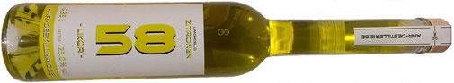 """Limoncello """"Zitronen-Likör"""" aus der Ahr-Destillerie mit frischer Zitronenschale in der Flasche."""