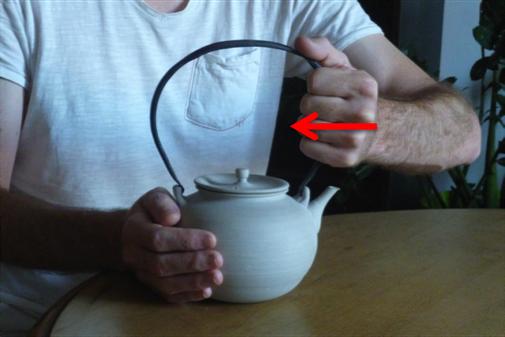 Consignes à ne pas faire, pour retirer l'anse en fer forgé de la bouilloire.