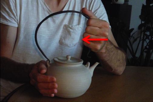 Consignes à ne pas faire, pour placer l'anse en fer forgé sur la bouilloire