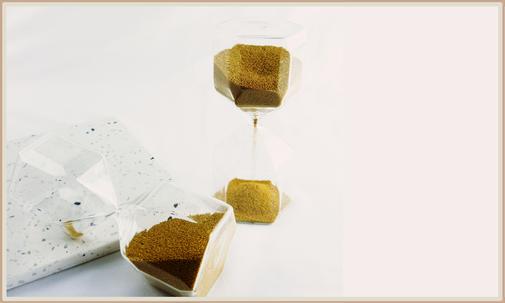 Sanduhr aus Glas mit goldenem Sand befüllt