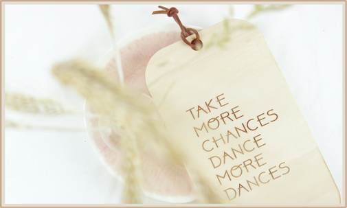 "Schild Wanddekoration aus Naturholz mit Lederband und Lasergravur ""take more chances dance more dances"""