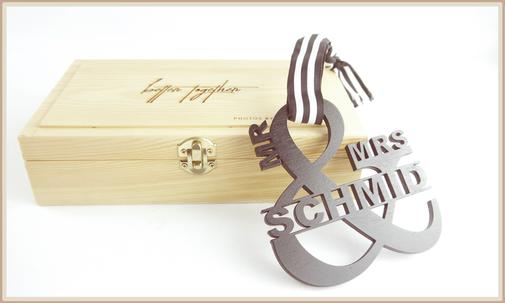 Geschenkbox für Hochzeitsfotografen und Hochzeitspärchen, Platz für Fotos, USB Stick graviert und personalisiertem Lasercut Schild