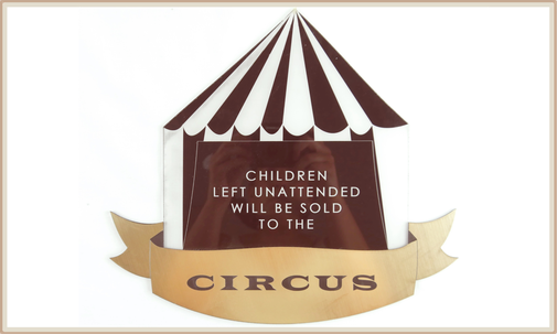 "mehrlagiges Schilder mit Lasergravur ""children left unattended will be sold to the circus"""